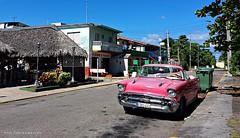 Taxi en Varadero / Cuba (gabi lombardo) Tags: car oldsmobile taxi pink street cuba varadero case voiture