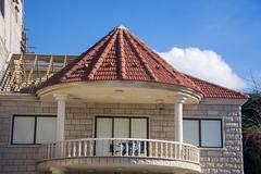 (Cindy en Israel) Tags: casa balcón ventana persianas ventanas techo tejado tejas piedras arquitectura nube cielo fachada azul 6 7