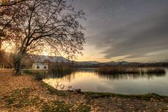 ... El otoño es un andante melancólico y gracioso que prepara admirablemente el solemne adagio del invierno. (George Sand) (franma65) Tags: banyoles bañolas girona españa cataluña lago estany atardecer sunset