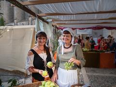 Entre uvas y manzanas. (Jesus_l) Tags: europa españa girona ampurias mercadillo fruta jesúsl