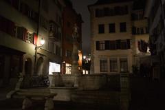 Zurich by night (Toni_V) Tags: m2402757 rangefinder digitalrangefinder messsucher leicam leica typ240 type240 28mm elmaritm12828asph city stadt zurich zürich altstadt oberdorf night nacht switzerland schweiz suisse svizzera svizra europe iso2500 fountain brunnen napfbrunnen spiegelgasse münstergasse ©toniv 2019 191110