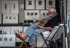 On passe le temps (maoby) Tags: rouge temps rue street ville city montréal nikon d500 135mm sigma art artiste artist