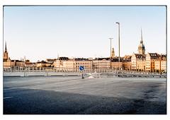 (schlomo jawotnik) Tags: 2019 oktober stockholm schweden gamlastan asphalt strase kirche kirchturm skyline strasenlaterne leitplanke baustelle verkehrsschild analog film kodak kodakproimage100 usw