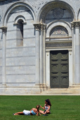 Pisa Cathedral, baptistery (Thomas Roland) Tags: europe europa italy italia sommer summer nikon d7000 travel rejse toscana tuscany by stadt town city pisa church katedral domkirke kirche cathedral cattedralemetropolitanaprimazialedisantamariaassunta duomodipisa torrependentedipisa leaning tower duomo girls candid