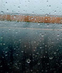 Belle journée pour prendre l'avion. (AlainC3) Tags: pluie rain boston loganairport avion plane usa gouttesdepluie raindrops