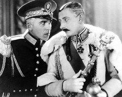 Holmes persuades the permanently broke Frantisek Lelicek (Vlasta Burian) to stand in for the King - a dangerous job, as His Majesty has enemies
