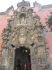 Baroque  Entrance, Madrid History Museum, Calle Fuencarral,  Chueca, Madrid (d.kevan) Tags: museum buildings doors chueca madrid callefuencarral museumofhistoryofmadrid doorway baroque statues carvings sculptures entrance interior lights people 1673 1929