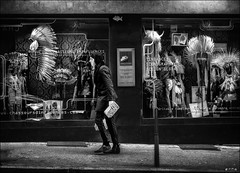 Le jour où il croisa Sitting Bull!  /  When he has crossed paths with Sitting Bull! (vedebe) Tags: ville city rue street urbain urban homme humain people noiretblanc netb nb bw monochrome