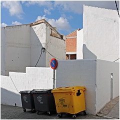 baena 47 (beauty of all things) Tags: espana spanien andalusien baena urbanes urban stadtlandschaft container weis white quadratisch