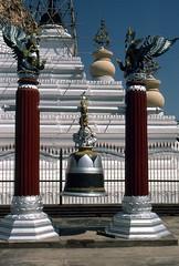 Heilige Glocke in der Kuthodaw-Pagode (walter 7.8.1956) Tags: 1981 asien burma myanmar mandaly glocke kuthodawpagode