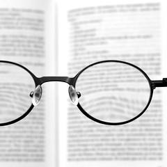 Besoin d'un ophtalmo ? (Anne*°) Tags: ©annedhuart annedhuart 2018 blurred book bsquare cof088 flou focus glasses lecture livre lln lunettes ophtalmo pasnet print reading texte wwwannedhuartcom cof088patr cof088lep cof088mark cof088dmnq cof088mari cof088red