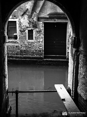 190703-376 Venise (clamato39) Tags: olympus venise italie italy europe voyage trip canal eau water urban urbain ville city blackandwhite bw noiretblanc monochrome