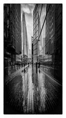London street (Des.Nam) Tags: nb noiretblanc monochrome mono bw blackwhite nikon noirblanc d850 1635mmf4 london londres reflets street streetphotographie 169 tour people capitale angleterre uk grandebretagne pluie reflection ciel cielnuageux