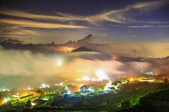 頂石棹的琉璃星空(Colored glass light,night view from Dinshihzhou)。 (Charlie 李) Tags: clouds nightview dinshihzhou coloredglasslight 流雲 星空 夜景 台18線 琉璃光 阿里山 石棹