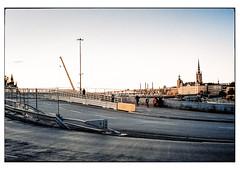 (schlomo jawotnik) Tags: 2019 oktober stockholm schweden gamlastan brücke asphalt skyline kirchturm strasenlaterne kran leitplanke passanten analog kodak kodakproimage100 usw