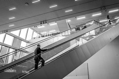 the way up (Rien van Voorst) Tags: streetphotography straatfotografie strasenfotografie fotografíacallejera photographiederue fotografiadistrada monochrome city urban highcontrast nederland thenetherlands forum groningen