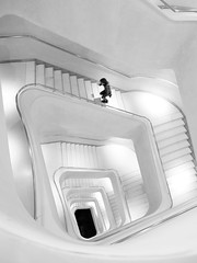 A toda prisa (jantoniojess) Tags: españa spain madrid arquitectura architecture geometría geometry humaningeometry stairs staircase spiral spiralstaircase escaleras escalones blancoynegro blackandwhite monocromático monochrome bw panasoniclumixlx100m2 perspectiva perspective streetphotography fotografíacallejera