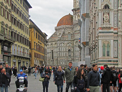 Claustrophobic feelings (Silanov) Tags: eu europe italy italia italien italian italienisch tuscany toscana toskana firenze florence florenz piazzadisangiovanni cattedraledisantamariadelfiore cathedral cattedrale kathedrale dome duomo dom church kirche city town stadt historic historisch architecture architektur downtown midtown citycentre citycenter innercity oldtown oldquarter historicquarter historicdistrict altstadt renaissance middleages mittelalter medieval mittelalterlich unesco unescoworldheritage unescoworldheritagesite unescoworldheritagesites unescowelterbe unescoweltkulturerbe houses häuser buildings gebäude medici machiavelli sky himmel clouds wolken cloudy wolkig overcastsky bedeckterhimmel people menschen leute crowd autumn fall herbst october oktober 2018