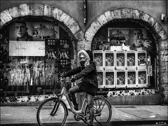 Frileuse de la tête et des mains... / Sensitive to the cold of the hands and the head... (vedebe) Tags: noiretblanc netb nb bw monochrome ville city rue street urbain urban velo bike froid