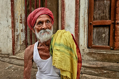 Pashunath (Ma Poupoule) Tags: varanasi bénarés bénarès visage face oldman old inde india porträt ritratti ritratto portrait retrato regard turban door porte street rue
