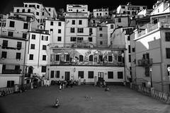 È festa (.KiLTЯo.) Tags: kiltro it italy italia riomaggiore laspezia piazza square city town street people architecture children play fun bw blackandwhite cinqueterre