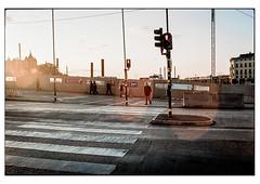 (schlomo jawotnik) Tags: 2019 oktober stockholm schweden zebrastreifen fusgängerüberweg ampel gegenlicht passanten strasenlaterne asphalt stromleitung analog film kodakproimage100 kodak usw