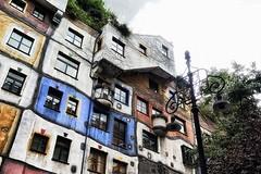 Hundertwasserhaus - 2 (roberke) Tags: architecture architectuur architect hundertwasser house gebouw building kleurrijk vensters ramen windows kleuren colors wenen vienna wien oostenrijk austria