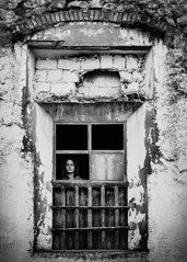 aparición (*BegoñaCL) Tags: shortfilm woman girl window actress oldhouse mystery ghost abandon ruin lafamilia begoñacl bg~