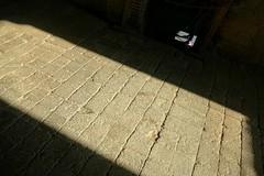 El milagro de la luz (alfonsocarlospalencia) Tags: luz rosa piedra monasterio camino de santiago experimento rayo iluminación espiritualidad piernas pared hendiduras gris cuadrado sombra zapatillas