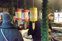 2679 Fotos aus dem Hamburger Stadtteil Niendorf, Bezirk Eimsbüttel. Weihnachtsmarkt am Tibarg, der Einkaufsstraße Niendorfs,  Stand mit Grillwürstchen. (christoph_bellin) Tags: hamburg hamburger eimsbüttel hansestadt bezirke stadtteil stadtteile sehenswürdigkeiten niendorf stand weihnachtsmarkt tibarg einkaufsstrase niendorfs grillwürstche