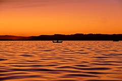 Pescador (alfonsocarlospalencia) Tags: bahía santander amanecida pescador anarajando horizonte maganos silencio paz ondas luz belleza geometría montañas