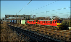90036 & 90040, Brinklow Loop (Jason 87030) Tags: dbschenker class90 90036 90040 4m25 mossend crick dirft daventry rugby warks warwickshire brinklow easenhall ts lineside loop tracks wires cargo freight sunny light locomotives red engines brace pair nice footbridge malcolm logistics acelectric