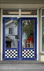 Doors in Langesund (NO) (♥ Annieta ) Tags: annieta juli 2019 holiday vakantie vacances scandinavië camper reis voyage travel noorwegen norway langesund deur door porte blue bleu blauw allrightsreserved usingthispicturewithoutpermissionisillegal reflectie reflection ddd tdd dwwg