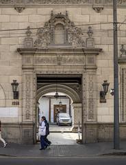 Caminando por Lima (15) (Explore Dic-05-2019) (José M. Arboleda) Tags: arquitectura paisajeurbano calle gente edificio plaza balcón alegoría nube puerta ventana portón lima perú canon eosrp rf24240mmf463isusm josémarboledac