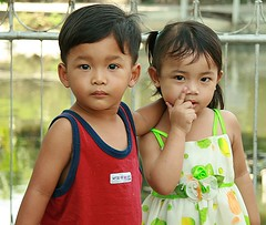 brother and sister (the foreign photographer - ฝรั่งถ่) Tags: brother sister children khlong thanon portraits bangkhen bangkok thailand canon