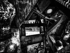 Traverser l'art contemporain...  / Through contemporary art... (vedebe) Tags: ville city rue street urbain urban homme humain people human art statue lyon noiretblanc netb nb bw monochrome