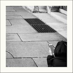 Smartphone pour toujours (Napafloma-Photographe) Tags: 2019 architecturebatimentsmonuments bandw bw bâtiments détailsarchitecturaux france géographie louvre métiersetpersonnages objetselémentsettextures paris personnes techniquephoto blackandwhite grille monochrome musée napaflomaphotographe noiretblanc noiretblancfrance photoderue photographe province smartphone streetphoto streetphotography téléphone ville
