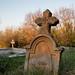 Alter Grabstein auf dem Friedhof einer kleinen Stadt
