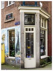 The Green Forest (Hans Veuger) Tags: nederland thenetherlands amsterdam amsterdamcentrum prinsengracht oudelooiersstraat gevelsteen deur ddd tdd hetgroenewout facade winkelpui pui shopfront cornershop nikon b700 coolpix nederlandvandaag unlimitedphotos twop