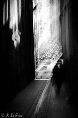 La lumière éclaircira t-elle le mystère ?  Nul ne le sait ! (letexierpatrick) Tags: mystère lumière noirblanc noir noiretblanc bw blackandwhite black blanc white rue bretagne breizh brest flou france europe extérieur explore monochrome ville nikond7000 nikon