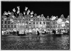 Arras, ombres et lumières de Noel sur la Place des Héros (PATRICK skorzec) Tags: arras noiretblanc nocturne hautsdefrance patrimoine personne pavés marchédenoel scènederue sculpture lumière ombres