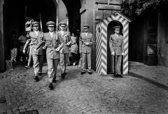 Praha, 1996 (Alberto Pérez Puyal) Tags: yellow guard change changing soldiers praha praga prague czech republic gun weapon tourist tourism alberto puyal 1996 castle walk