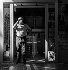Optica Galiano (Bart van Hofwegen) Tags: street streetphotography man shop store sunlight blackandwhite monochrome málaga malaga urban city life citystreet citylife urbanphotography