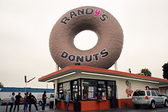 Randy's (Past Our Means) Tags: randys donuts donut canon ae1 canonae1 film filmisnotdead filmphotography 35mm 28mm los angeles cali california travel wanderlust adventures analog analogue sign building historical city kodak kodakfilm iconla portra 400 kodakportra portra400 summer 2019