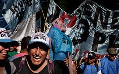 Depende de cómo tengas puesta la gorra! (Alejo Manuel Avila) Tags: argentina nikon sigma buenosaires caba plaza de mayo congreso colour fotoperiodismo youth