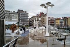 Paseo bajo la lluvia (Micheo) Tags: puenteenasturias asturias puertodegijón lluvioso reflejos cimavilla gijón mar sea water boats barcos puerto harbour