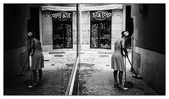 Tita Lolo est au boulot... (francis_bellin) Tags: noiretblancphoto málaga espagne streetphoto street netb photoderue photographierlarue photographie travail streetphotographie femme noiretblanc ville photographe photographederue bw olympus blackandwhite andalousie 2019 blackandwhitephoto