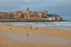 Paseando por la orilla (Micheo) Tags: cimavilla gijón asturias mar sea water puenteenasturias playadesanlorenzo