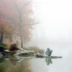Penseuse dans la brume (Fabien Gotti) Tags: brume statue reflet pentax k1 automne mirroir lac trélazé