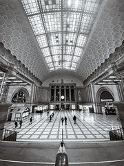 Viele Herausforderungen erfordern kurze Wege. Viele Herausforderungen scheitern an Umwegen... (DOKTOR WAUMIAU) Tags: iphone iphoneonly iphonography iphone11 iphone11pro wideangle ultrawide stunnersoninsta blackandwhite blackandwhitephotography blackwhite bw monochrome leipzig hauptbahnhof lightroom